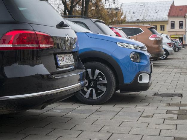 Citroen C3 vytŕča z radu vozidiel dizajnom aj dvojfarebnými kombináciami.