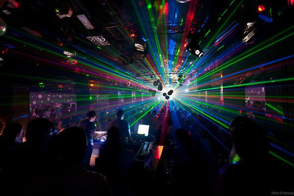 Zábava v nočnom klube.