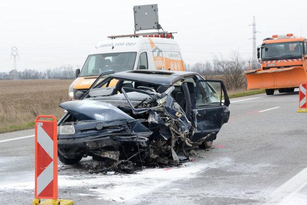 Po náraze. Vodič felicie zostal v aute zakliesnený.