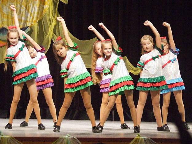 Malé tanečníčky z Karolínky na vystúpení pred desiatimi rokmi.