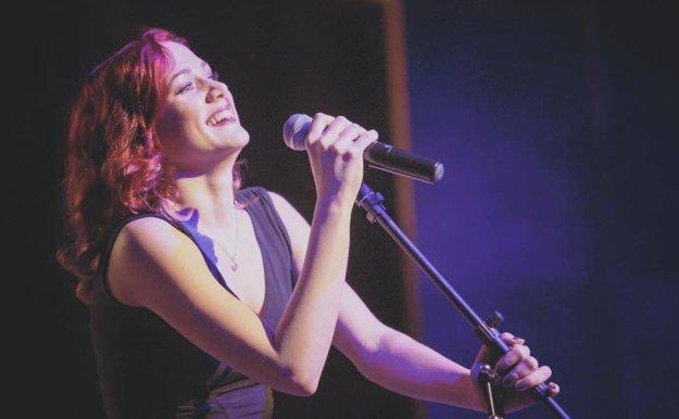 Emma miluje koncertovanie. Vlastných piesní však zatiaľ nemá veľa.