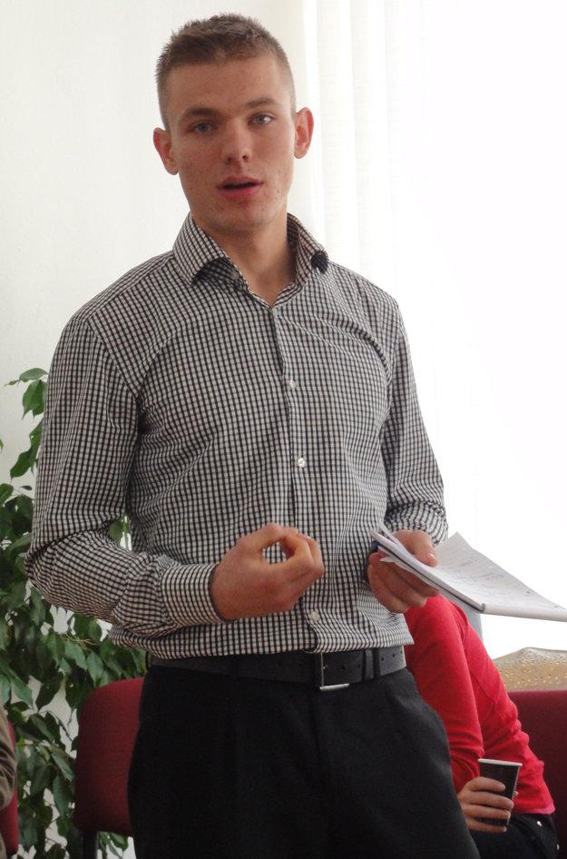 Martin Dvornický (21) z SOŠ Nábrežie mládeže argumentuje pred poslancami. Martin bol najaktívnejším študentom spomedzi oboch diskutujúcich študentských skupín.