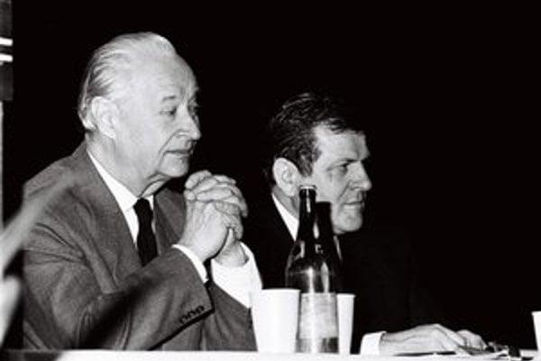 Alexander Dubček (vľavo).
