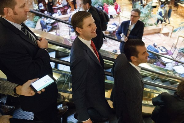 Trumpovi synovia Eric (v strede) a Donald junior (vpravo).