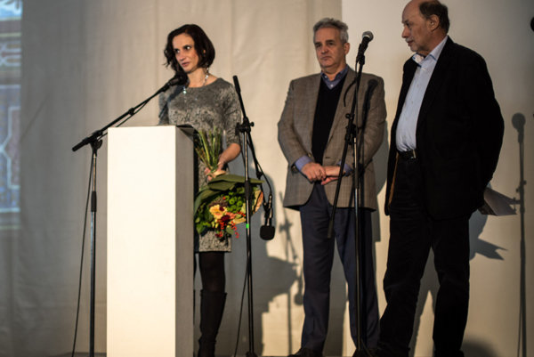 Zľava riaditeľka Lucia Mihoková pri preberaní ceny, Igor Rintel, predseda UZZNO aPeter Salner, predseda Židovského kultúrneho inštitútu.