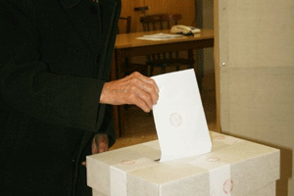 Stodvaročný Jozef Daniška prišiel hlasovať do volebnej miestnosti.
