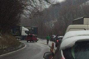 Na ceste pod Strečnom majú záchranári plné ruky práce.