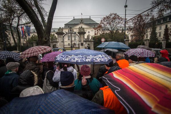 Protest bývalých zamestnancov ružomberských papierní pred Úradom vlády v Bratislave