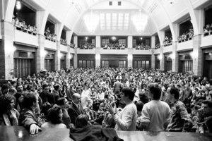 21. novembra v preplnenej aule Univerzity Komenského v Bratislave prebiehala búrlivá konfrontácia vedenia a študentov.   Vysokoškoláci začali bojkotovať prednášky, neskôr demonštrovali na Hviezdoslavovom námestí.