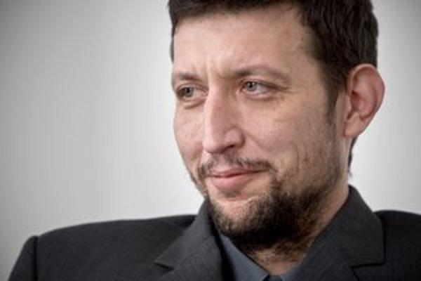 Juraj Kalina (1976) vyrastal v Nových Zámkoch. Vyštudoval históriu a archeológiu.