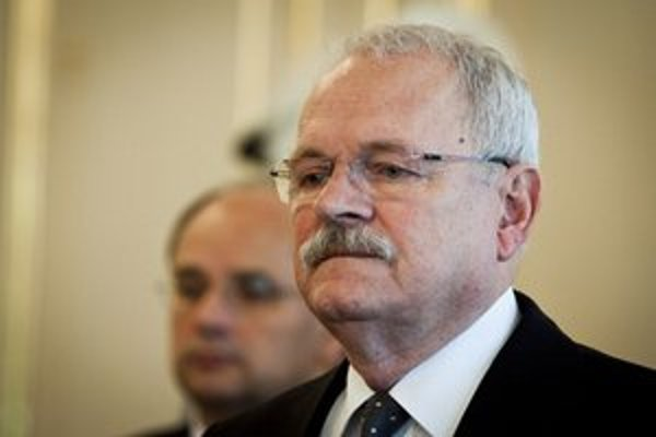 Robert Kaliňák ukázal poslancom knihu jázd prezidentovej ochranky.