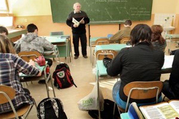 Aby bolo na učiteľské platy, treba niektorých učiteľov prepustiť.