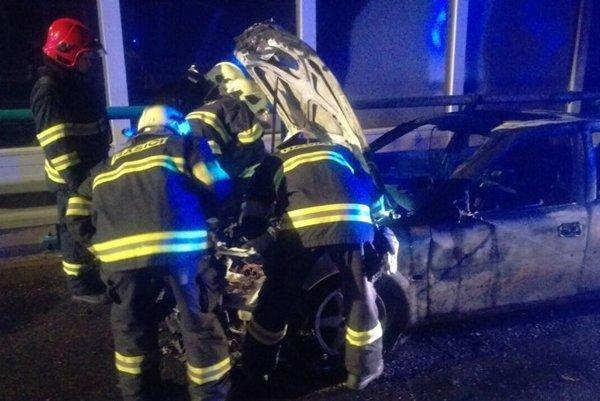 Horiaci Opel bol odstavený na krajnici. Zdroj z polície tvrdí, že jeho vodič je podozrivý z lúpeže.