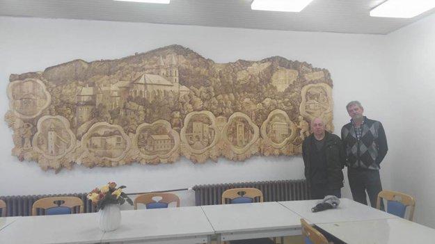 Na snímke rezbár Vincent spoločne so starostom obce Ľubomírom Krovinom.