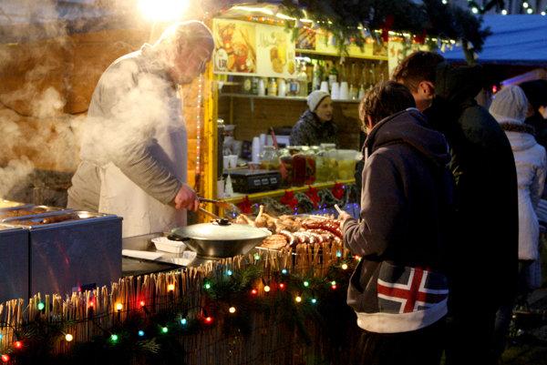 Vianočné trhy už začali v Bratislave. Otvorených je až sto stánkov s občerstvením.
