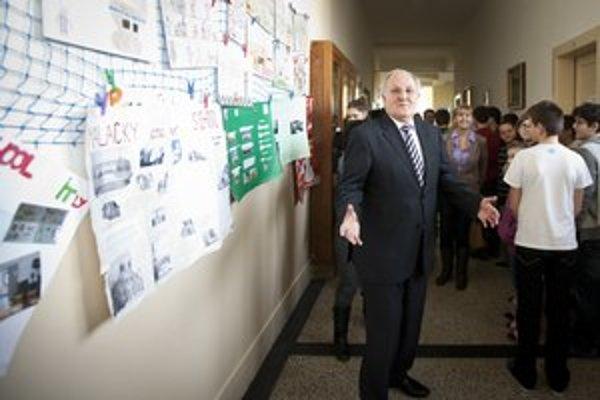 Čaplovič vo štvrtok navštívil malackú základnú školu. Otázkam sa vyhol.