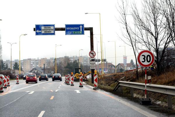 Dočasne presmerované pruhy. Vodiči musia rátať pri stavbe svetelnej križovatky sobmedzeniami adlhším čakaním.