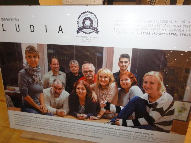 Členovia fotoklubu APF pri KOS Nitra a ich práce (dolu).