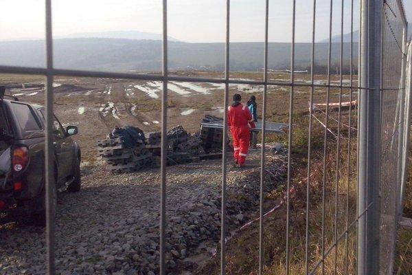 Ropná plošina v Smilne. Ťažiari stihli pozemok oplotiť. Nakoniec museli kvôli zákazu znova odísť. (Zdroj: Aropane)