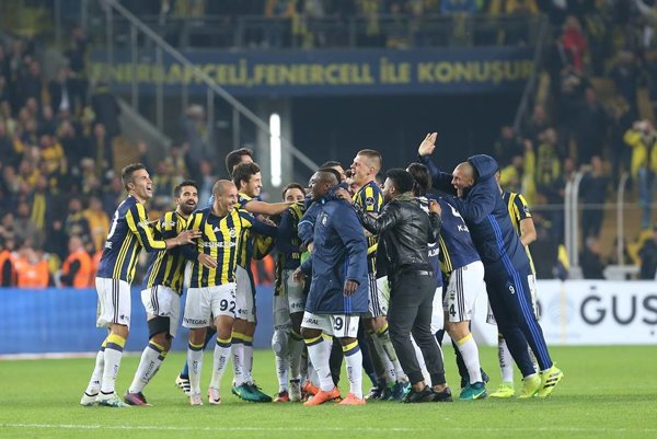 Hráči Fenerbahce sa radujú po víťazstve v derby.