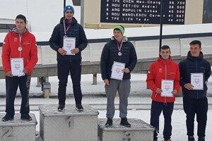 Stupne víťazov v kategórií juniorov. Na prvom mieste Michal Lopanič, druhý Richard Gavlas, obaja z Čadce.