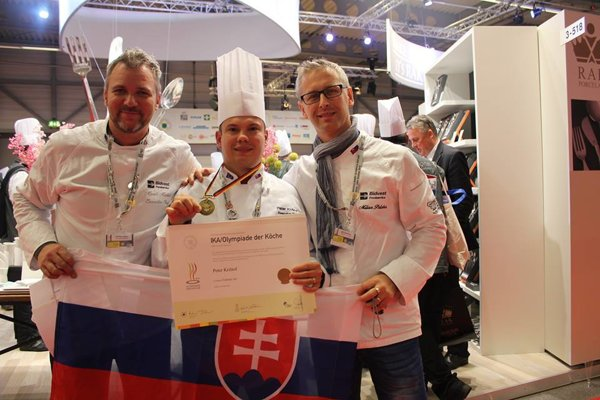 Peter Krištor (v strede). So svojím pomocným tímom – Marek Madzik (vľavo) a Milan Poloha.