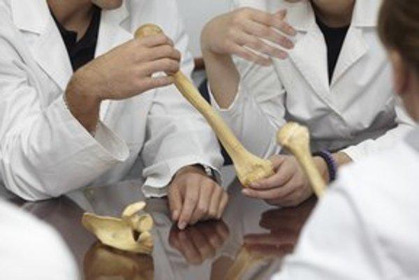 Mladým medikom chýbajú odborníci.