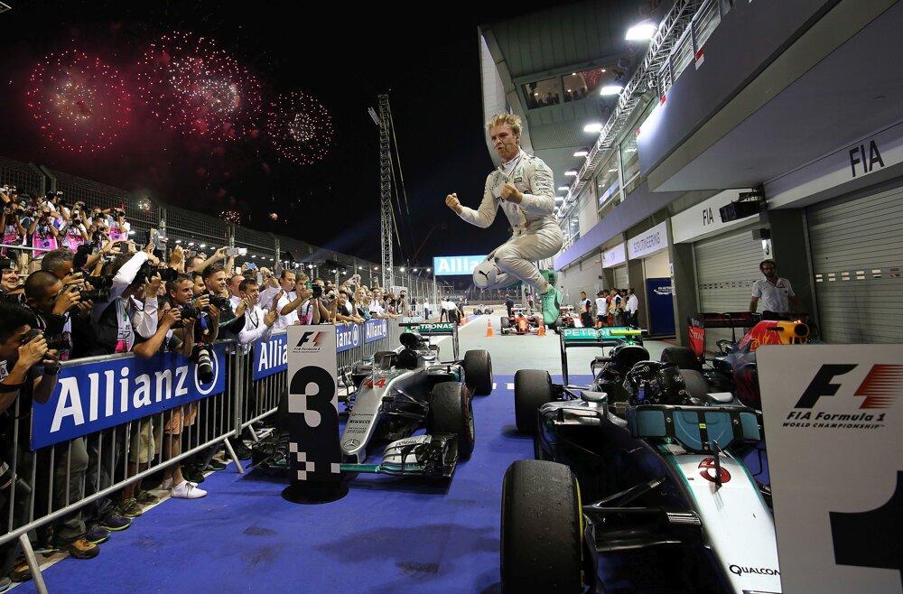 Nico Rosberg vyskakuje z monopostu ako čerstvý víťaz Veľkej ceny Singapuru.