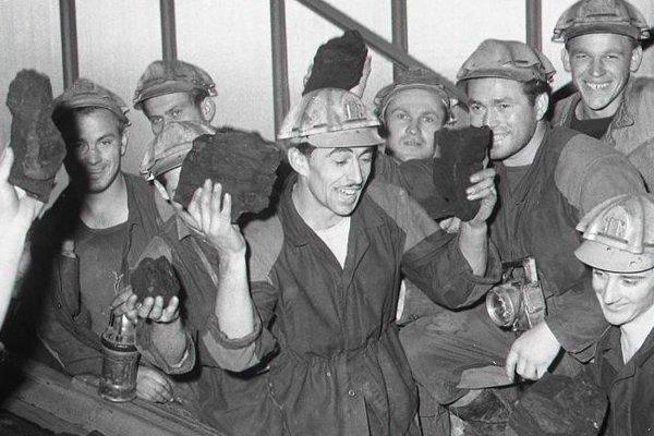 Modrokamenskí baníci majú radosť z otvorenia nového banského závodu a z prvého uhlia vychádzajúceho z novej bane.