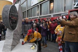 Pamätník legendárnemu slovenskému hokejistovi Pavlovi Demitrovi slávnostne odhalili 27. novembra 2016 pred zimným štadiónom v Trenčíne.