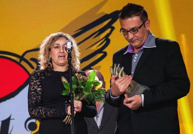 Adrián Berky a Janette Knapeková z Komunitného centra menšín Veľký Krtíš boli nominovaní v kategórii Mimovládna organizácia za aktivity súvisiace so správou bytov a angažovaním domovníkov z radov obyvateľov bytových domov.