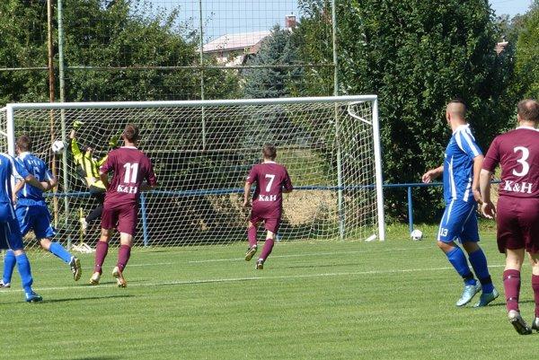 Ani v 7. lige nie je núdza o pekné momenty ako napríklad v zápase Kunov - Unín pri úvodnom góle stretnutia z kopačky domáceho Mariána Černeka.