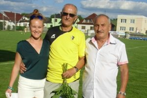 K životnému jubileu Ivanovi Adamkovičovi (v strede) zablahoželali za OŠK aj Monika Pevná a Viliam Koprivňanský.