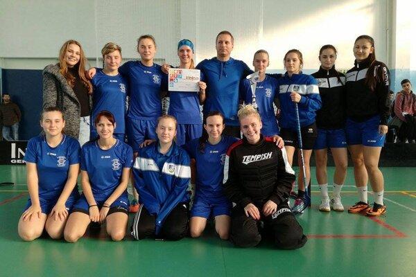 Dievčatá so SOŠ HSaO z Nových Zámkov so svojim trénerom Pavlom Szárazom.