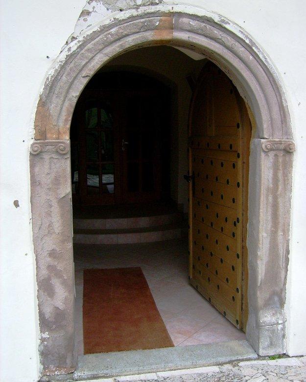 Renesančný portál je na západnej fasáde kostola.