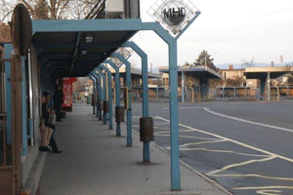 Zastávka pre mestskú hromadnú dopravu na prievizdskej stanici sa občas pre rôzne poruchy osvetlenia ocitne v tme.