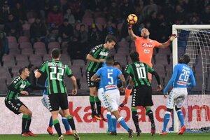Brankár Neapolu Pepe Reina boxuje loptu v zápase proti Sassuolu.