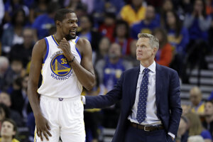 Kevin Durant (vľavo) má výbornú formu. Na snímke je spolu s ním jeho tréner Steve Kerr.