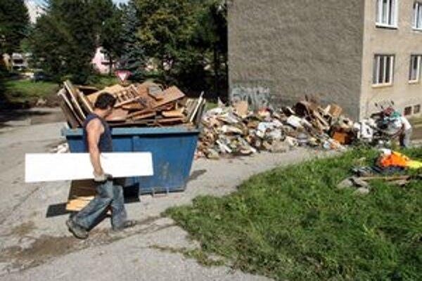Po povodni už skládky z ulíc Handlovej zmizli.
