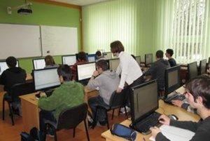Deviatakov láka najmä vzdelávanie na stredných školách, vybavených modernými učebňami s výpočtovou technikou.