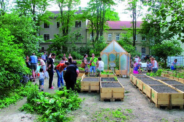 Mobilné záhrady poľudšťujú mesto. No môžu mať aj iný význam - deti si vytvoria vzťah k rastlinám a nie k mraziacemu boxu v supermarkete. Podmienkou je nájsť ochotných vlastníkov pozemkov, ktorí takúto činnosť hoci aj dočasne podporia.