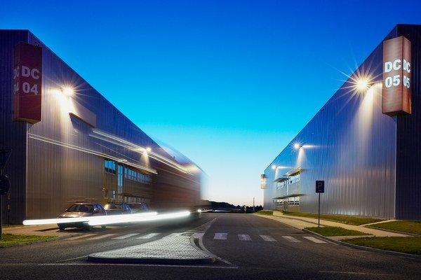 Česká republika patrí z logistického hľadiska medzi najžiadanejšie európske lokality, ponuka distribučných priestorov tu v posledných rokoch výrazne klesala.