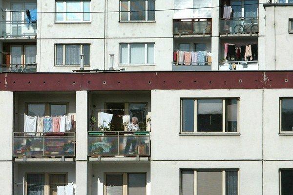 Bez súhlasu všetkých vlastníkov na najvyššom poschodí nebude možné prijať platné rozhodnutie, aj keď s nadstavbou alebo výstavbou budú súhlasiť viac ako dve tretiny ostatných vlastníkov bytov.