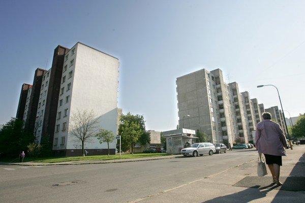 Ceny nehnuteľností určených na bývanie v priemere na celom Slovensku v 1. štvrťroku podľa Eurostatu medziročne poklesli o 0,2 percenta. Na základe odlišnej metodiky Národnej banky Slovenska o 1,5 percenta. Lokálne však niektoré nehnuteľnosti mohli