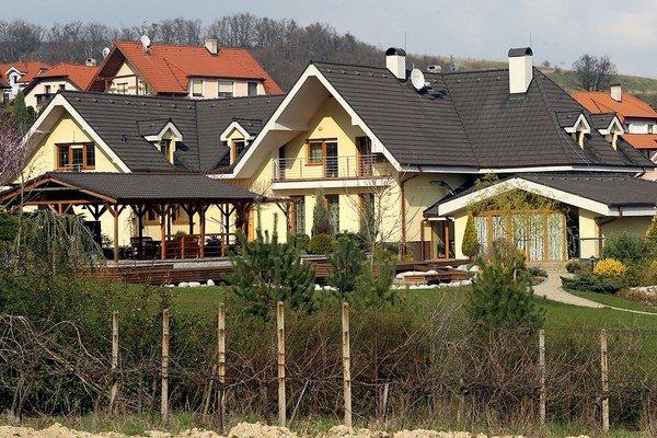 Zníženie priemernej ceny bývania je podľa centrálnej banky výsledkom zníženia priemernej ceny domov, nakoľko priemerná cena bytov stagnovala.