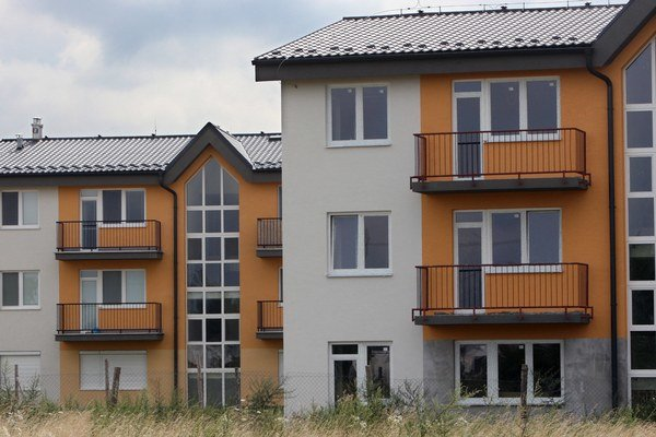 Ochladnutie dopytu pravdepodobne vyvolala vypredaná ponuka cenovo dostupnejších štartovacích bytov.