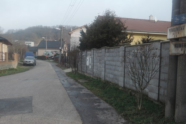 Samospráva Lamača chce obmedziť prejazd nákladných áut po Povozníckej ulici, obyvatelia protestovali proti rušnej premávke, autá prevážali stavebný materiál.