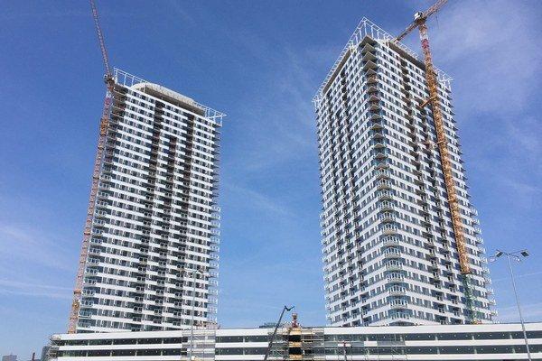 Stavebné práce na projekte sa začali v júli, teraz stavbári dokončujú montáž fasády na 32. podlaží.
