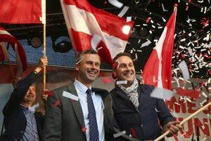 Norbert Hofer (vľavo) a Hanz Christian Strache tvrdia, že ich strana nemá s antisemitizmom už nič spoločné.
