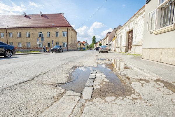 Halenárska ulica v Trnave. S jej obnovou budúcoročný rozpočet ráta.